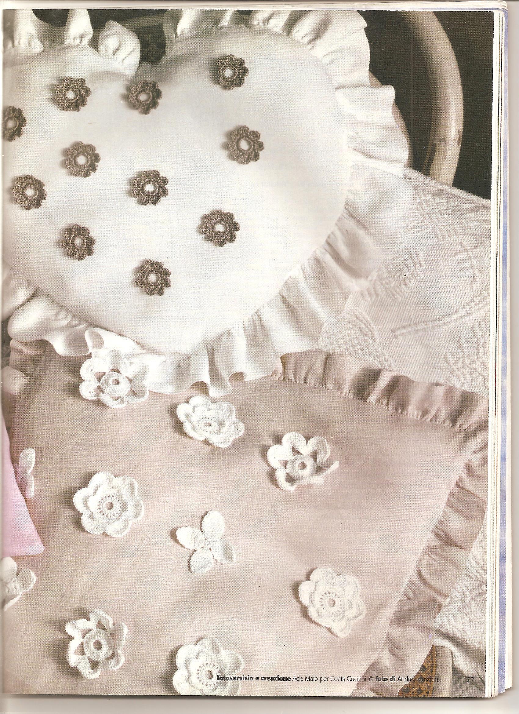 Cuscino con fiori e applicazioni schema uncinetto 2 for Cuscini shabby chic on line